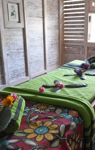 Ayurvie Weligama Retreat Behandlungsraum Massage Liege