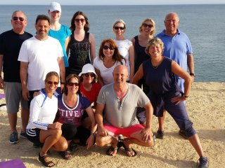 Die Yoga-Gruppe am Strand in der Nähe des Suites Alba Resort & Spa