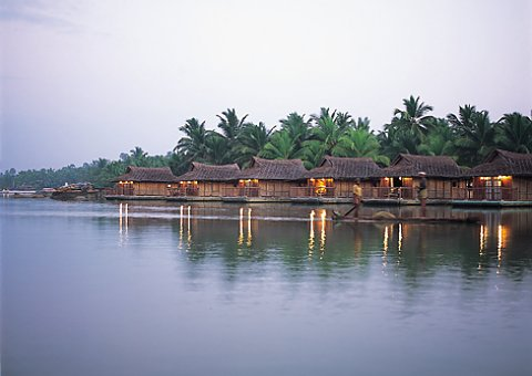Die Floating Cottages im Poovar Island Resort liegen direkt an den Backwaters in Kerala