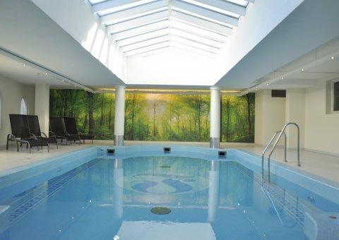 Hell & einladend: Schwimmen Sie doch ein paar Runden im Innen-Pool des Naturhotel Lechlife schwimmen. Oder entspannen Sie in der gemütlichen Atmosphäre auf einer der Liegen.