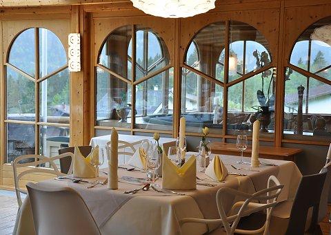 Im Wintergarten mit Restaurant Platz nehmen und die Aussicht auf die weitläufige Tiroler Berglandschaft genießen