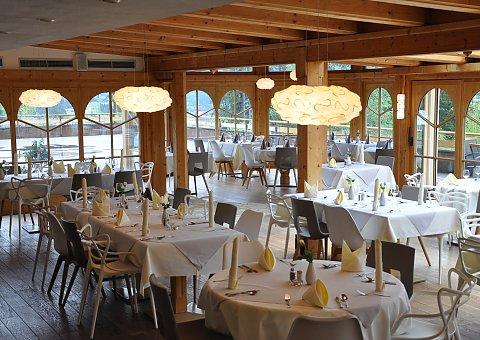 Im Restaurant des Naturhotel Lechlife speisen Sie in der angenehmen Atmosphäre zwischen Holz- und modernen Elementen