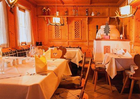 Gemütliches Tiroler Ambiente lädt Sie im Frühstücks-Restaurant ein, genüsslich in den Tag zu starten!