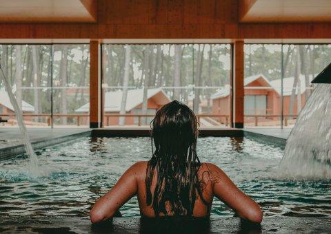 Lassen Sie den Tag révue passieren und entspannen Sie Ihre Muskeln im beheizten Indoor-Pool