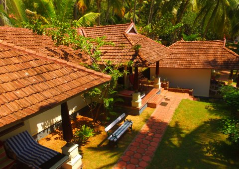 Harmonisch gestaltete Bungalows in traditioneller Kerala-Architektur